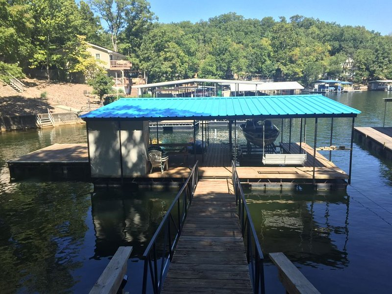 WaterFront House w/ Dock and Boat Slip near Bagnell Dam, alquiler vacacional en Rocky Mount