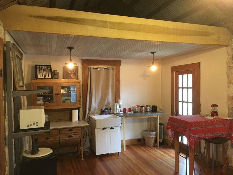 Quirky, Tiny Lodge in San Antonio Hill Country, alquiler vacacional en Lakehills