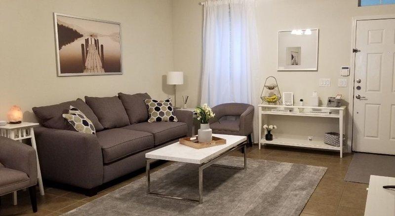Sé uno de los primeros invitados en disfrutar de la gran sala de estar con muebles nuevos.