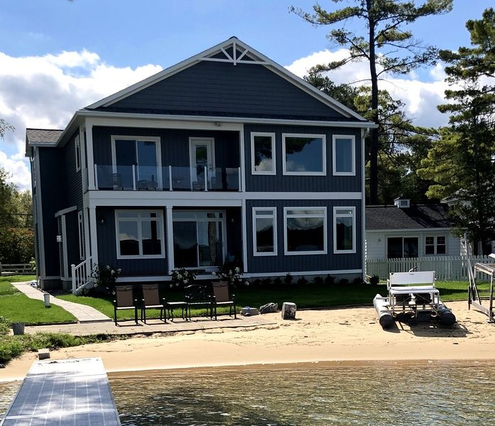 Torch Lake Sandbar Retreat - Weekly Summer Rentals, alquiler de vacaciones en Rapid City
