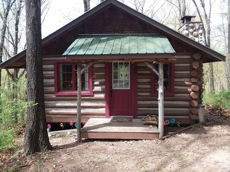 100 year old log cabin spend your special weekend with us, vacation rental in Eagle Rock