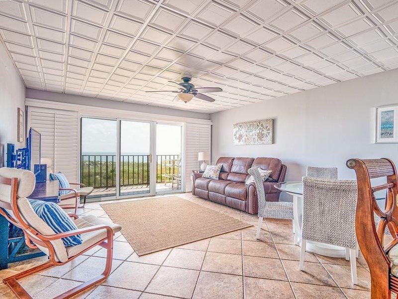 'Ketch' a Wave Oceanfront Luxury Condo • Family-Friendly • Weekly Discount, aluguéis de temporada em Ilha Amélia