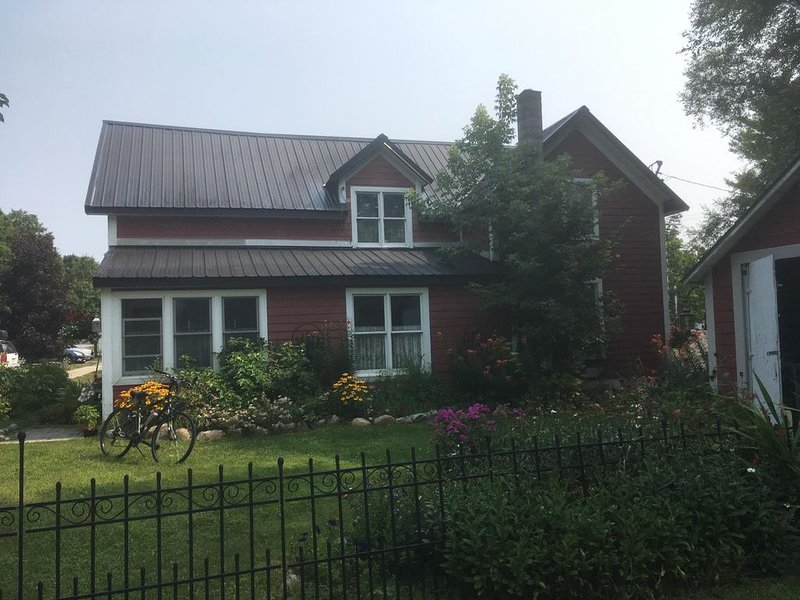 Beach 1 block away  - New Listing - Victorian in the Village of Suttons Ba, holiday rental in Suttons Bay