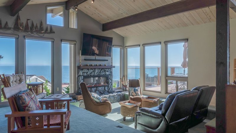 Panoramic Views of the Monterey Bay!1 minute walk to the beach. 2300 sq. ft., location de vacances à La Selva Beach