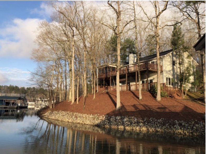 A Little Slice of Heaven--Beautiful 4BR Lakefront Home on Lake Hartwell AMAZING!, holiday rental in Eastanollee