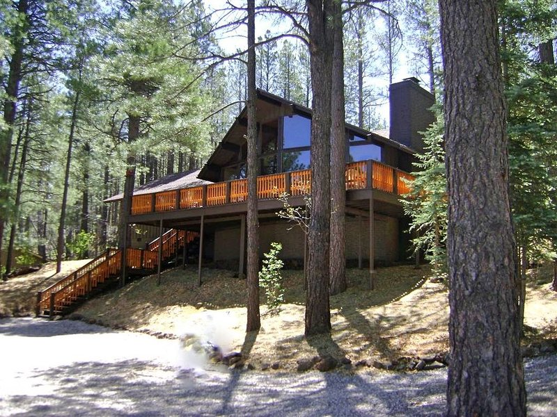 Secluded Luxury Cabin on 2 acres backing forest, holiday rental in Munds Park