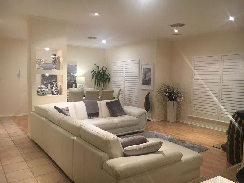 Easy stay beachside Hove Executive spacious duplex home . Heated outside hot spa, casa vacanza a Hallett Cove