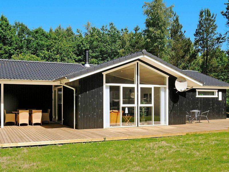 Spacious Holiday Home in Ans with Terrace, holiday rental in Kjellerup