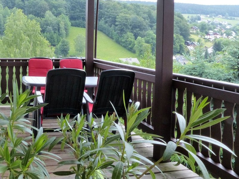 Holiday home in an idyllic setting in the heart of the Erzgebirge mountains with, alquiler vacacional en Crottendorf