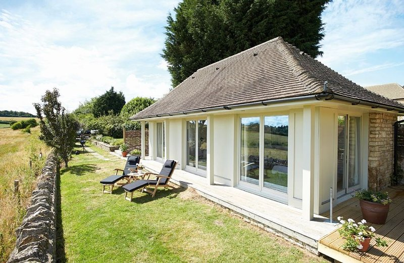 The Pavilion has unrivalled views of the beautiful countryside and is ideal for, casa vacanza a Bledington