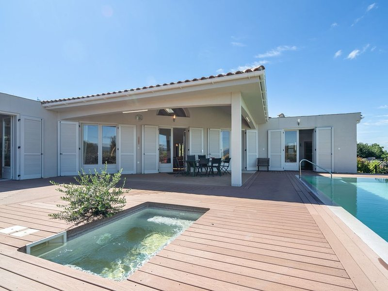 Luxury Villa with Private Swimming Pool in Oupia, alquiler vacacional en Beaufort