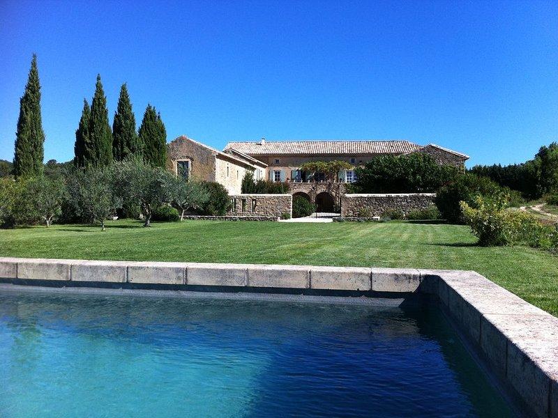 GRAND MAS proche Uzès avec piscine. Idéal vacances soleil au milieu des vignes, holiday rental in Saint-Laurent-La-Vernede