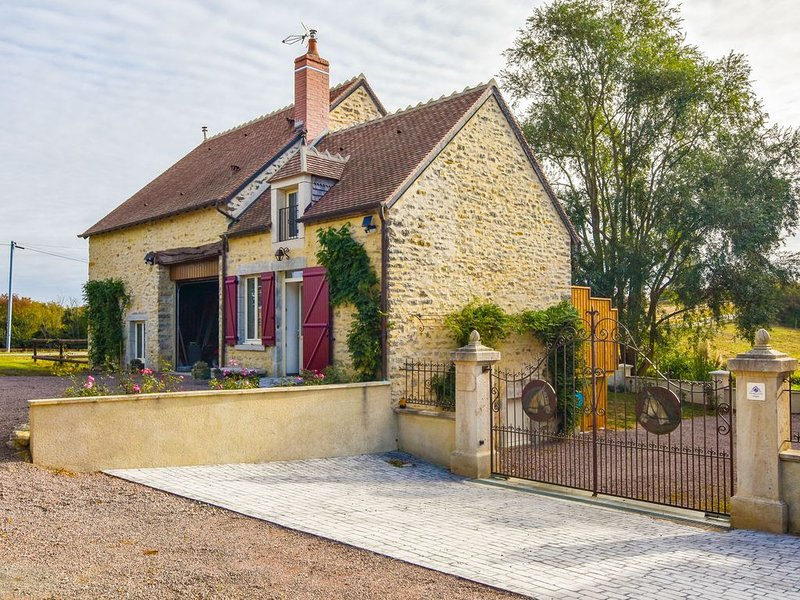 Graceful Holiday Home in Charenton-du-Cher with Garden, holiday rental in Cerilly