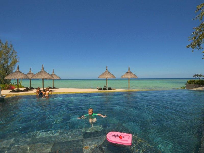 appartement luxueux pied dans l'eau avec piscine, femme de ménage, wifi gratuit, holiday rental in Tamarin
