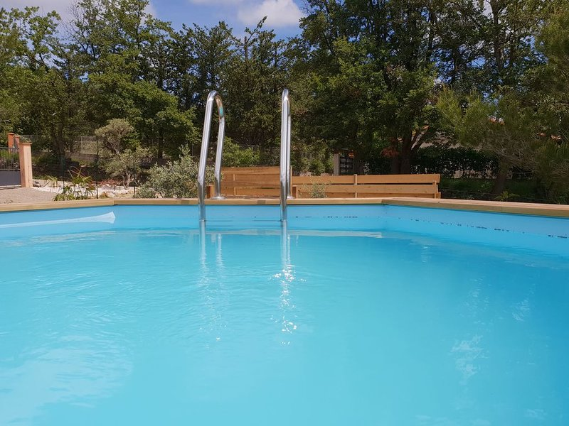 Single-storey air-conditioned villa with private pool within walking distance of, holiday rental in Montmeyan