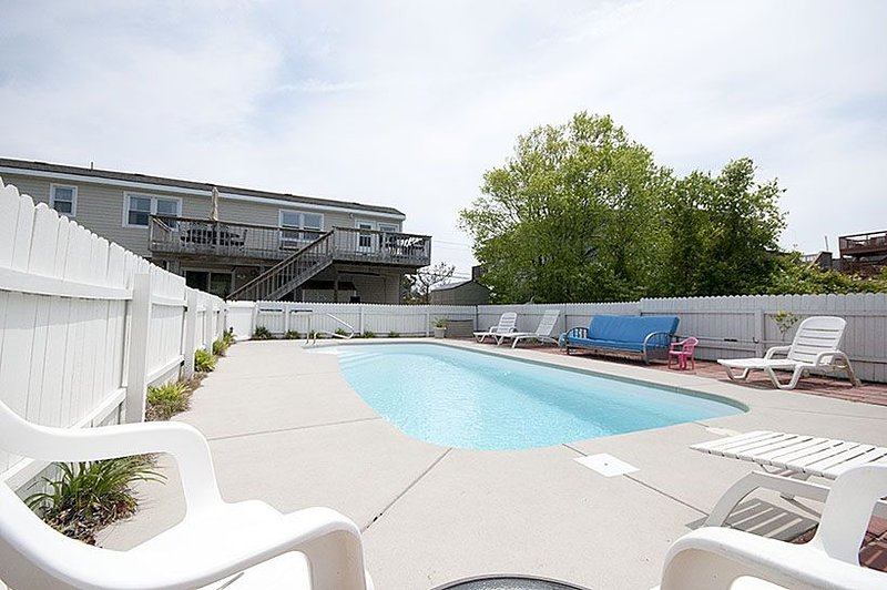 Fun in the sun! Fun in the surf! Fun in the pool! Just 550 steps to the beach, alquiler de vacaciones en Virginia Beach