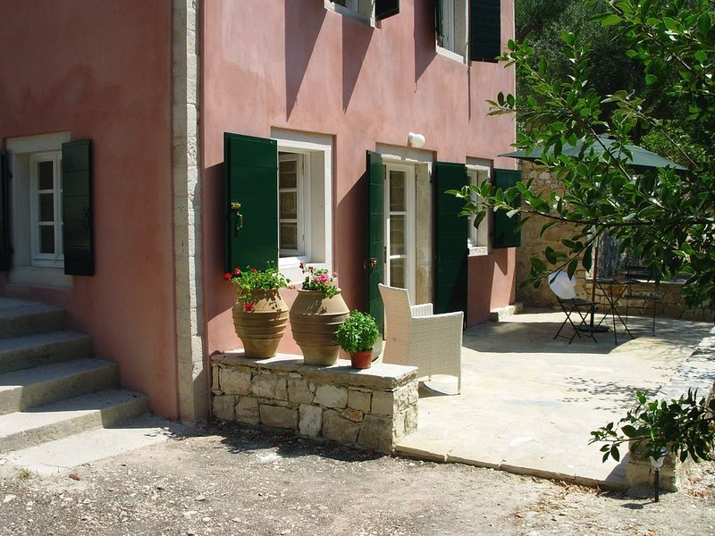 Romantic studio in private olive grove & garden. 5 min walk to beach and village, vacation rental in Lakka