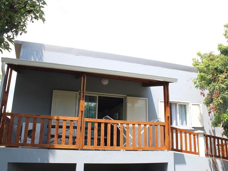 Meublé des champacs F3  calme et tout équipé dont 2 chambres ,veranda ,parking,, alquiler vacacional en Ravine des Cabris