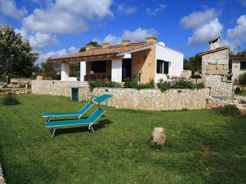 splendida villa  indipendente  nella macchia mediterranea, vacation rental in Pescoluse
