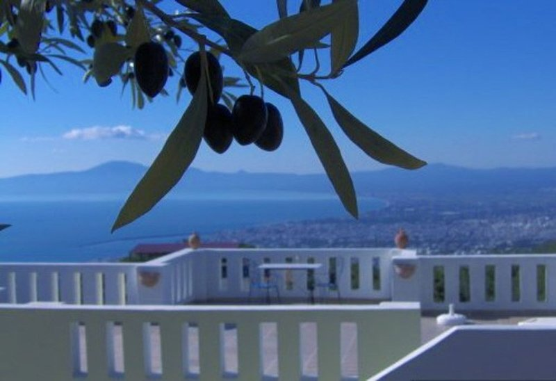 Spacious 2 bedroom holiday home with fabulous views over Kalamata, vacation rental in Kalamata