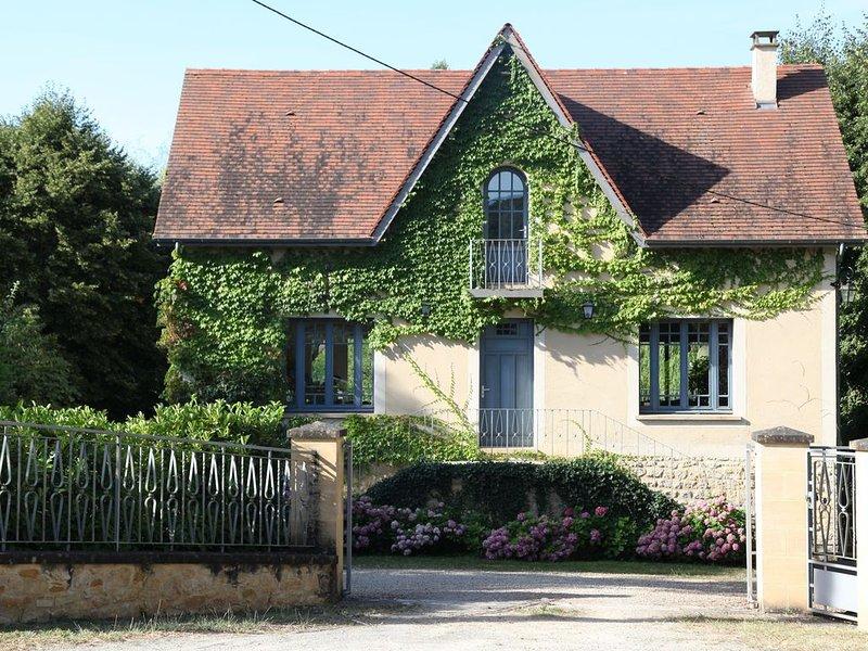 Mooi gerestaureerd huis met verwarmd zwembad en tuin grenzend aan de rivier de D, casa vacanza a Saint-Cybranet