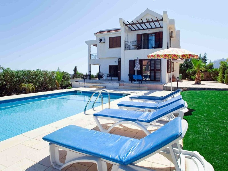 Beautiful villa,Edremit with Private Pool, full amenities, Wifi, stunning views, location de vacances à Edremit (Trimithi)