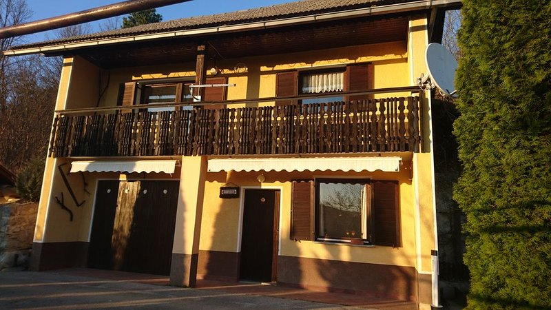 Cosy vineyard house for 5 persons, casa vacanza a Zuzemberk