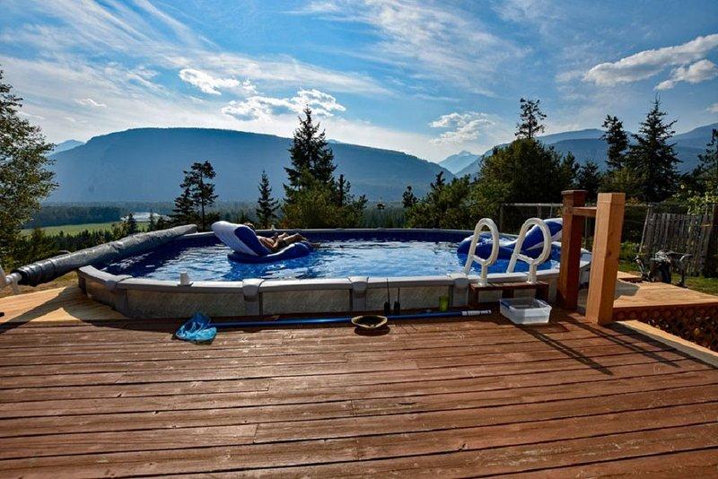 Pool;wilderness; view of mountains, lake, river;hot tub, sauna;privacy;trails!!, aluguéis de temporada em Kaslo