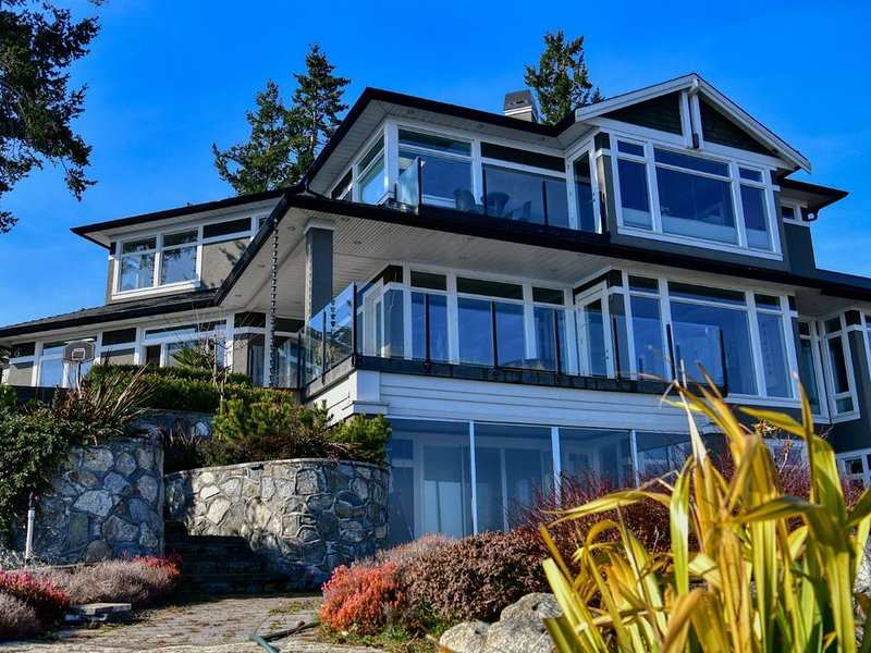 Spacious, Bright and Ocean View Home with Water Front Dock, holiday rental in Saanichton