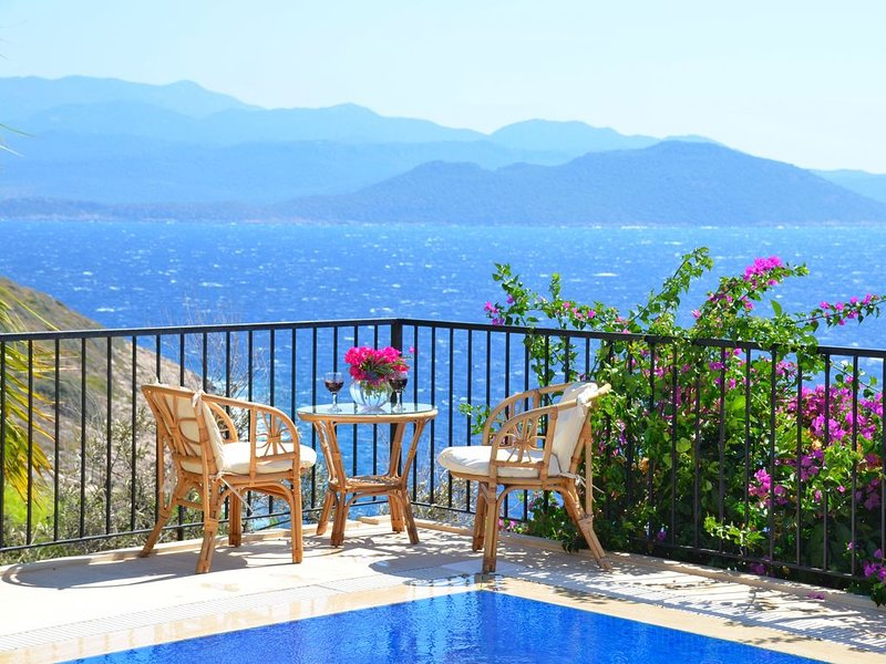3 Bedroom villa, private pool, wonderful views, 200 mtrs from the sea, location de vacances à KAS