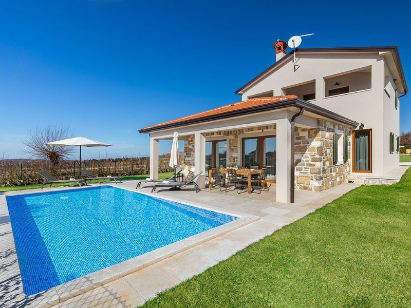 Gorgeous villa with pool and terrace surrounded by nature !, casa vacanza a Novaki Motovunski