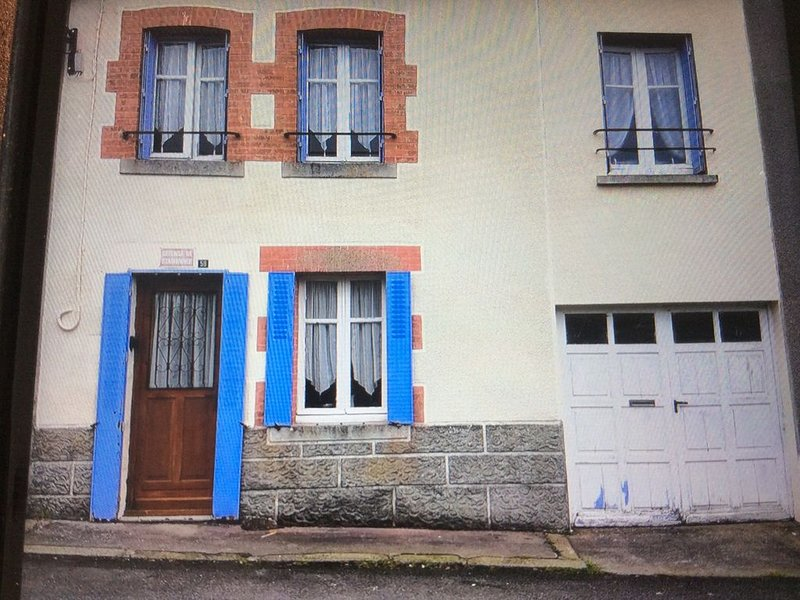 Pet friendly 3 bed house on edge of typical French  mediaeval town in Le Creuse, aluguéis de temporada em Gueret