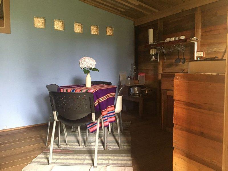 Cabañita El Cedro - Rústica y confortable a 200 mts de la vía principal - Volcan, vacation rental in Volcan