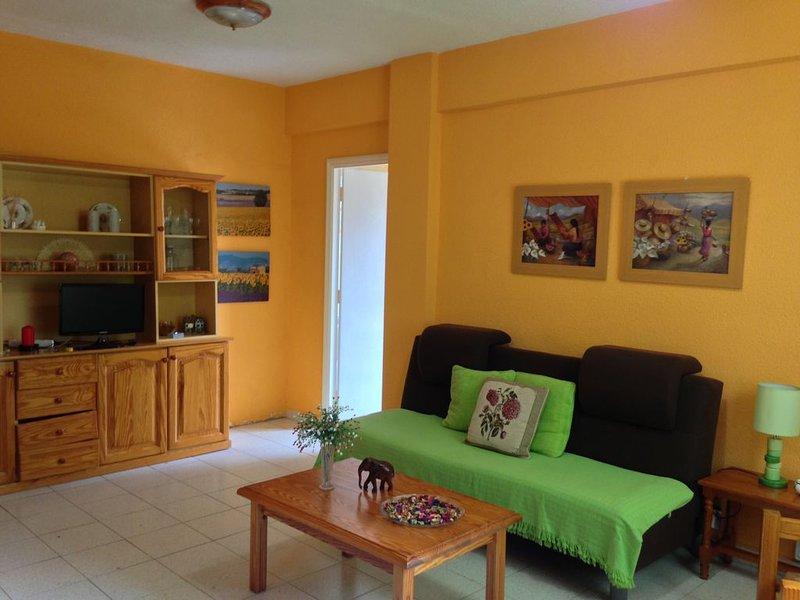 Apartamento El Puente, moderno, céntrico,  luminoso situado en la zona comercial, vacation rental in Bajamar
