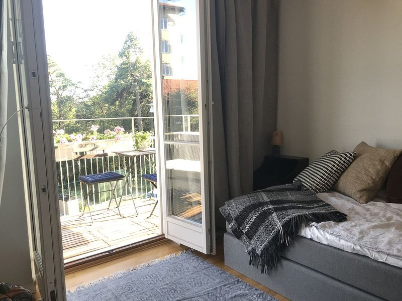 Waterfront with lovely sunny balcony 1-bedroom & big kitchen, holiday rental in Stockholm