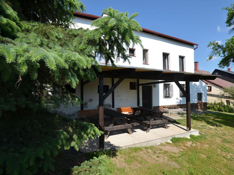 Spacious cottage for groups with billiards and sauna with 8 bedrooms, location de vacances à Krasna Lipa