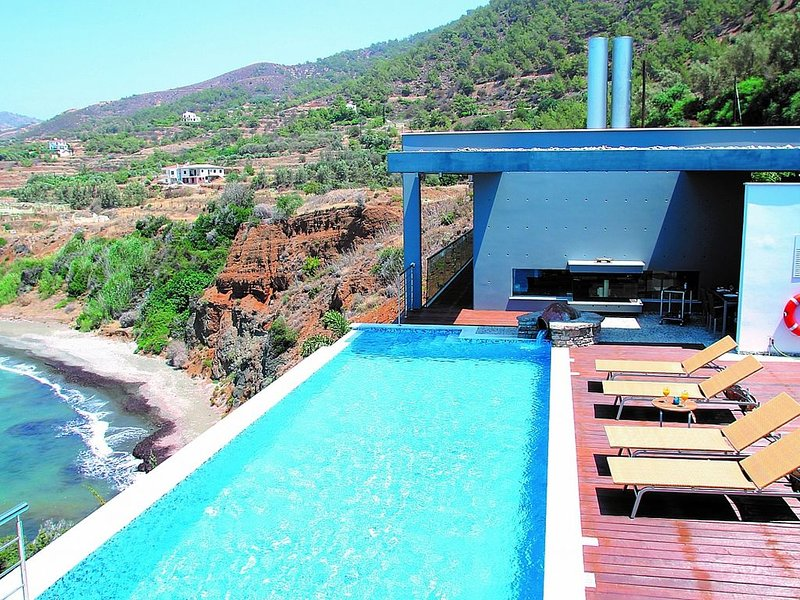 Deluxe Villa, Private Infinity Pool, Jacuzzi, Sauna, Majestic Position & Spectac, holiday rental in Pomos