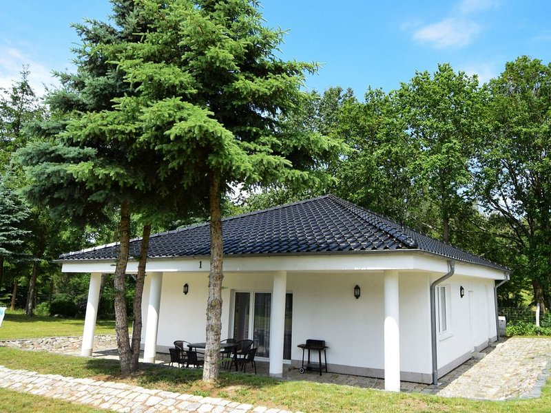 Fantastic Bungalow in Lagów with Jacuzzi, holiday rental in Lubrza
