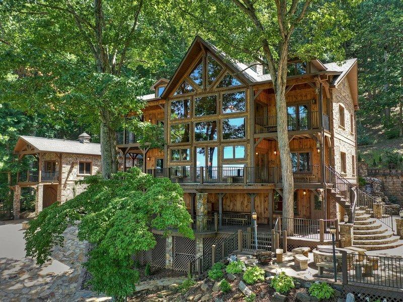 Stunning views! Luxury Lodge. Sleeps 29. Main lodge plus separate guest house., holiday rental in Blairsville