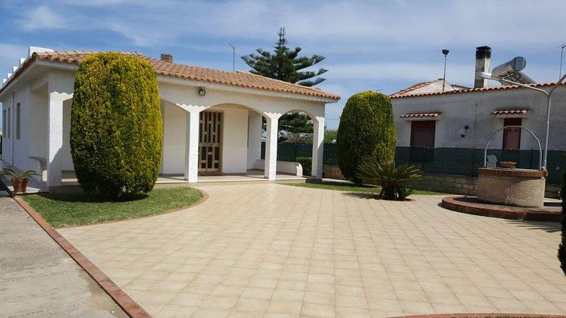 Villa Serena, con giardino a 50 metri dalla spiaggia tra Avola e Lido di Noto, holiday rental in Piccio