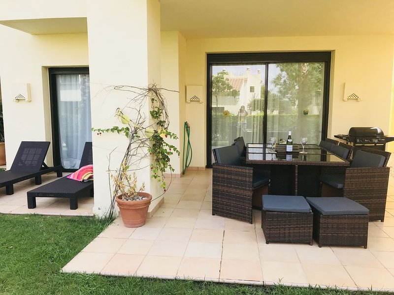 **Ground floor 2 bed 2 bath apartment at 5* Roda Golf Resort, freeWIFI **, location de vacances à San Javier