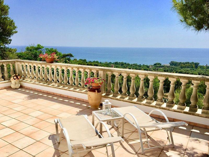 Salento. Incantevole villa con terrazza vista mare e circondata dalla natura, vacation rental in Torre Vado