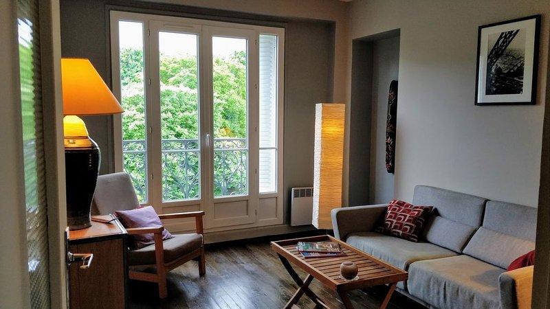 Appartement 40 m2 au 6ème étage avec vue sur le Père Lachaise et Paris, holiday rental in Paris