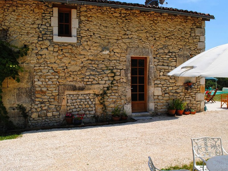 A beautiful cottage for two in a peaceful rural setting, location de vacances à Verteillac
