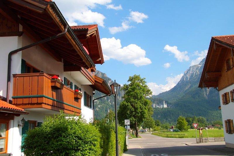 Luxuriös ausgestattete Ferienwohnung mit Blick auf Neuschwanstein und die Berge, holiday rental in Wangle