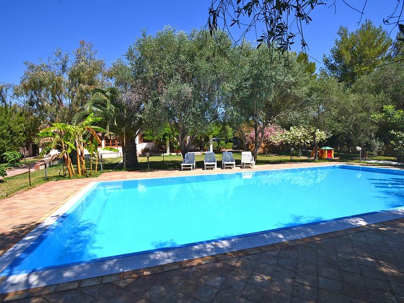Villa in Traumlage mit privaten Überlaufpool direkt am Meer, holiday rental in Arenella