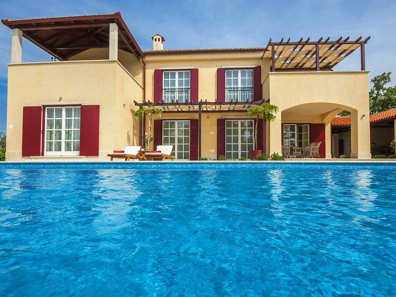 Exklusive Villa, 3000 qm Grundstück, beheitzter Pool, 2 Tennisplätze & vieles, holiday rental in Butkovici