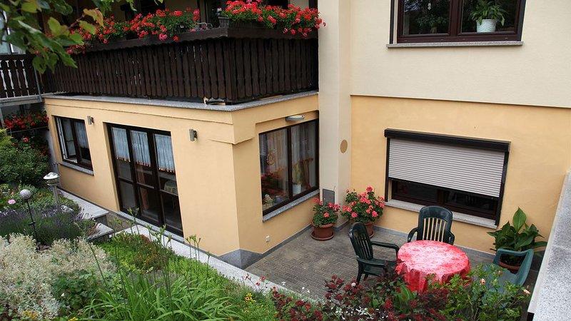 Vue du côté jardin de l'appartement avec terrasse associée