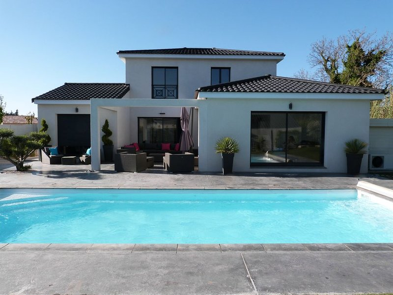 VILLA CONTEMPORAINE, 4 ch, 8 pers, Piscine, à Mallemort - 10' Golf Pont Royal, holiday rental in Alleins