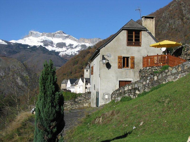 Gite Vallée d'Aspe Béarn Pyrénées très belle vue idéal rando, holiday rental in Accous